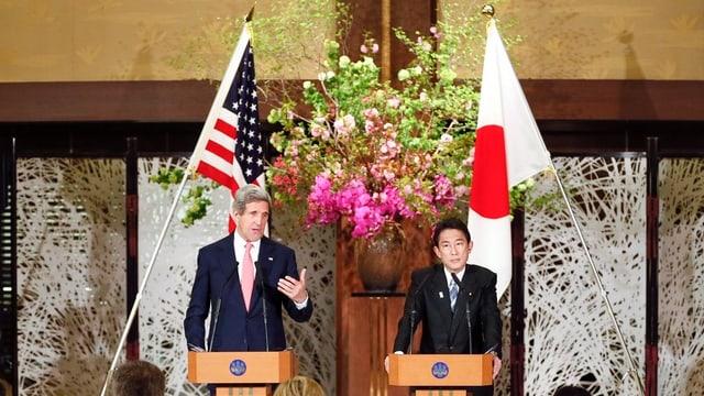 Kerry und Kishida an einem Rednerpult.