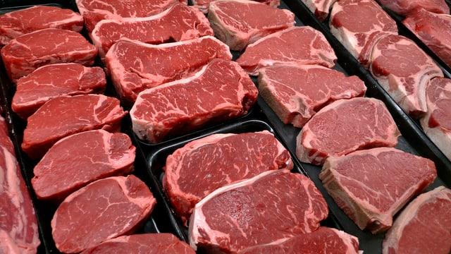 Naheufnahme von diversen rohen Fleischstücken.