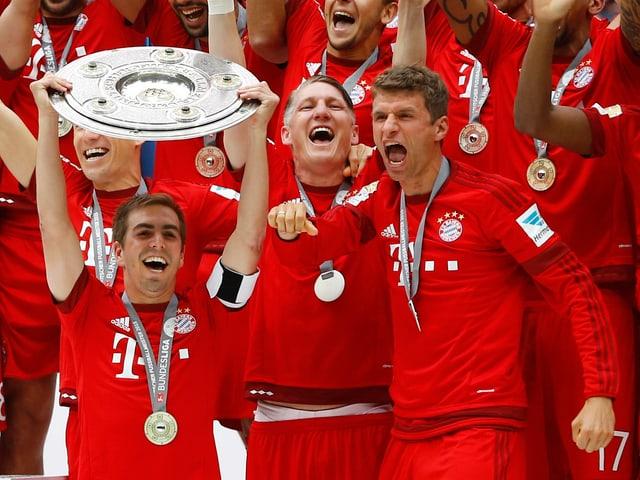 Captain Philipp Lahm jubelt zusammen mit Bastian Schweinsteiger und Thomas Müller.