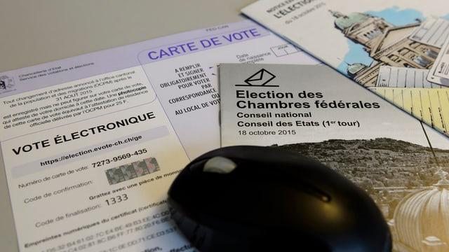 Wahlunterlagen für die eidgenoessischen Wahlen 2015 für das E-Voting im Kanton Genf und eine Computermaus, aufgenommen am 9. Oktober 2015 in Genf.