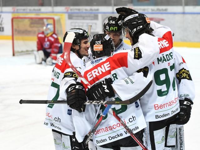 Eishockey-Spieler jubeln.