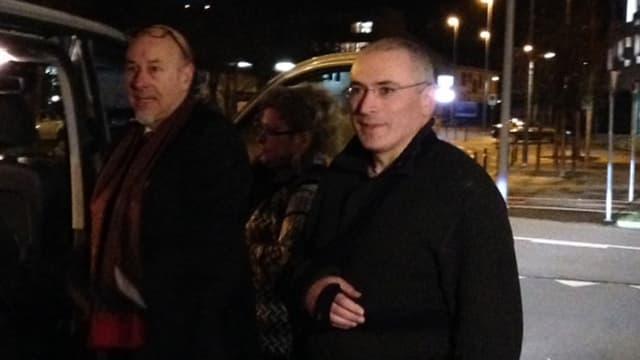 Chodorkowski mit Armbinde bei seiner Ankunft in Basel.