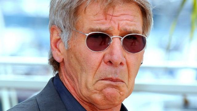Portrait von Harrison Ford. Er macht ein enttäuschtes Gesicht.