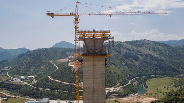 Autobahnbrücke im Bau.