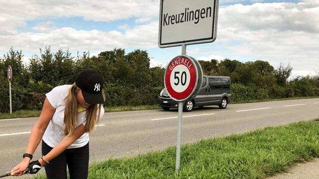 Rachel golft vor Ortstafel «Kreuzlingen»