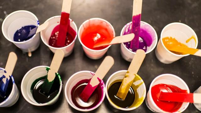Becher mit Farben