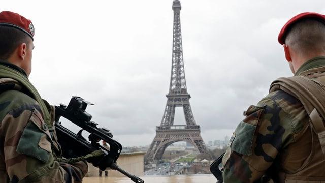 Zwei Soldaten mit Eiffelturm im Hintergrund