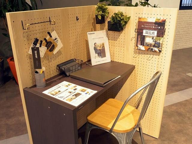 Arbeitsecke mit Minipult aus Holz