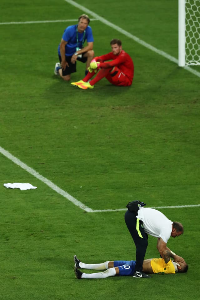 Neymar liegt am Boden.