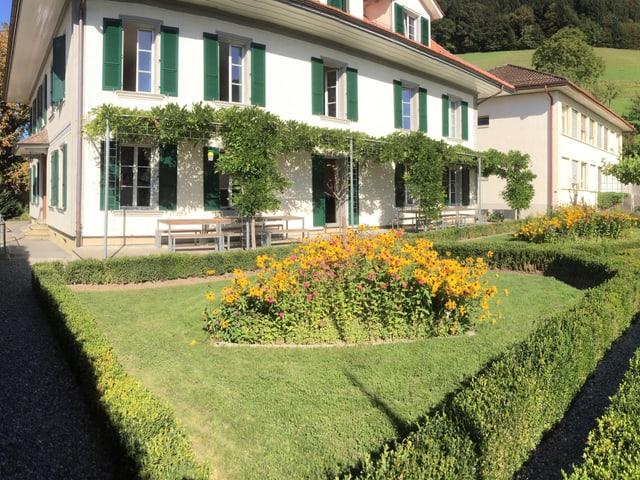 Hauptgebäude der Friederika-Stiftung mit grünen Fensterläden..