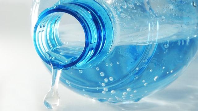 Eine liegende Mineralwasserflasche mit offenem Deckel