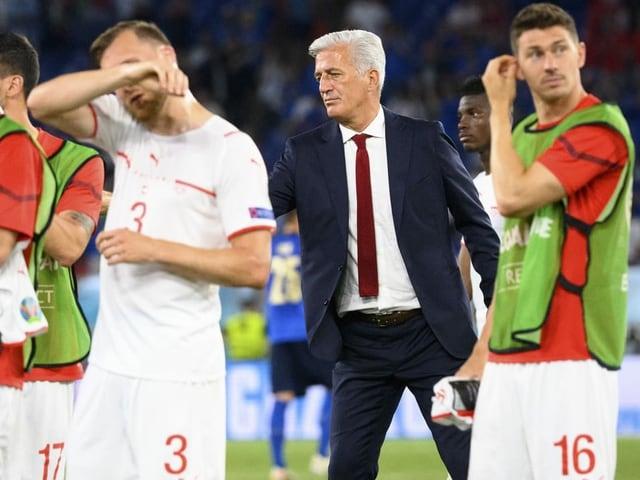 Vladimir Petkovic umringt von seinen Spielern