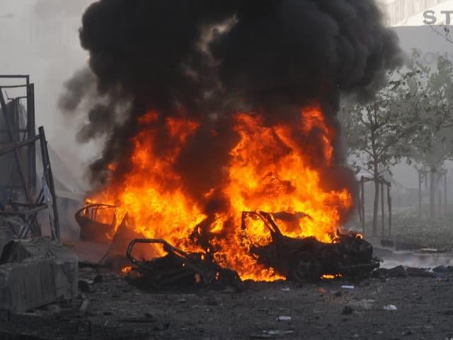Lichterloh brennendes Auto.