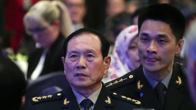 Der chinesische Verteidigungsminister Wei Fenghe mit einem Übersetzer.
