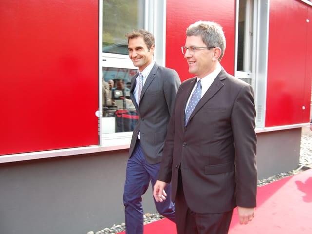 Roger Federer und Stadtpräsident Erich Fehr auf dem Weg zum Rednerpult.