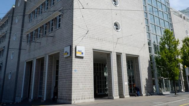 Ein graues Gebäude aus Backstein mit kleinen, runden Fenstern. An der Fassade das Logo des ewz.