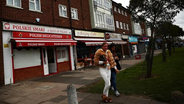Frauen vor einem polnischen Shop in London