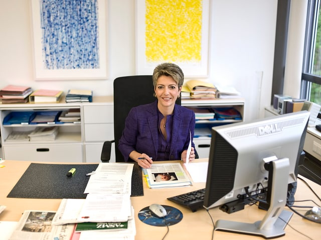 Karin Keller-Sutter in ihrem Büro als Regierungsratspräsidentin