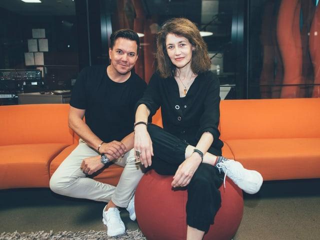 Sina und Sven Epiney posieren im Radiostudio für Fotos.