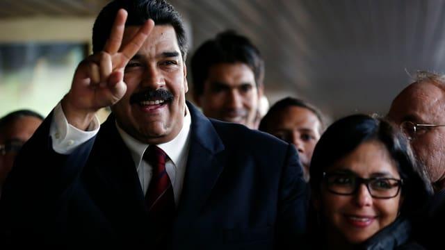 Venezuelas Präsident Nicolás Maduro macht das Victory-Zeichen, Aussenministerin Delcy Rodríguez steht daneben.