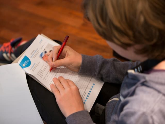 Kind notiert seine Bewertung zum Film