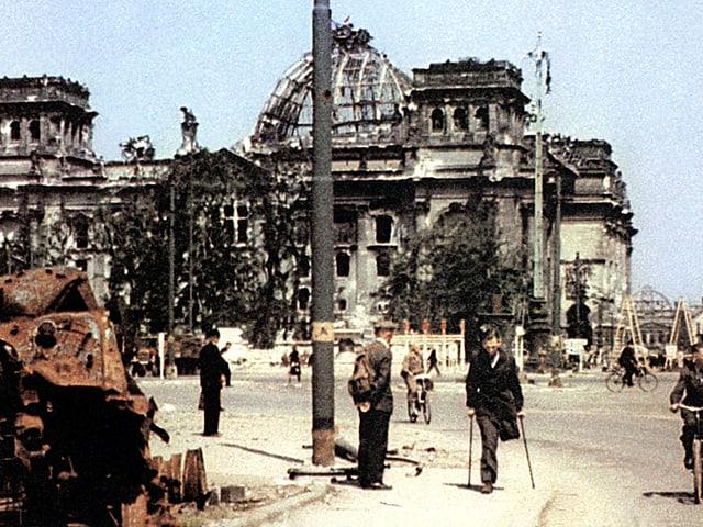 Der Reichstag mit beschädigter Kuppel.