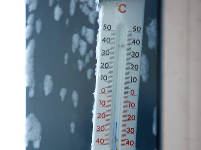 Ein Thermometer zeigt minus 22 Grad. Brrrrr ist das kalt!