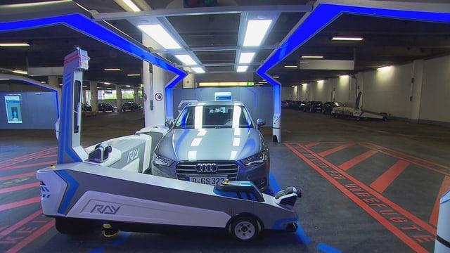 Parkhaus-Roboter Ray transportiert bei einem Test in Düsseldorf einen Wagen zu seinem Parkplatz im Parkhaus.