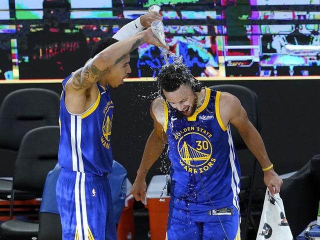 Stephen Curry wird mit Wasser übergossen