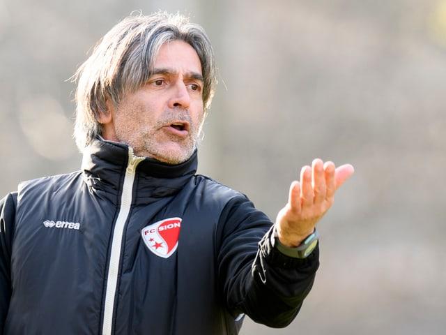 Maurizio Jacobacci gibt im Training Anweisungen.
