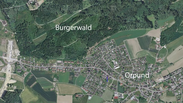 Luftaufnahme des Dorfes Orpund bei Biel und des Burgerwaldes.