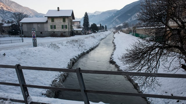 Ein Fluss von einer kleinen Brücke aus gesehen.