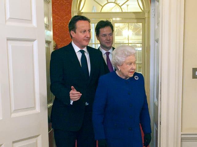 Die Queen, David Cameron und Nick Clegg kommen durch eine Tür