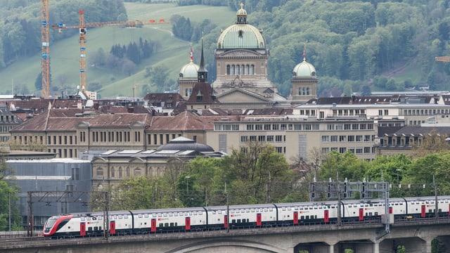 SBB-Zug, im Hintergrund das Bundeshaus.