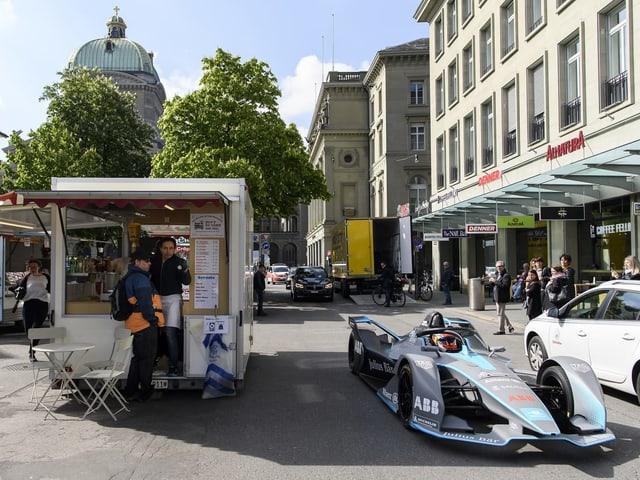 In auto da la Furmla E davant la Chasa federala a Berna.