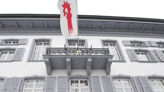 Das Baselbieter Regierungsgebäude von aussen mit der Baselbieter Fahne