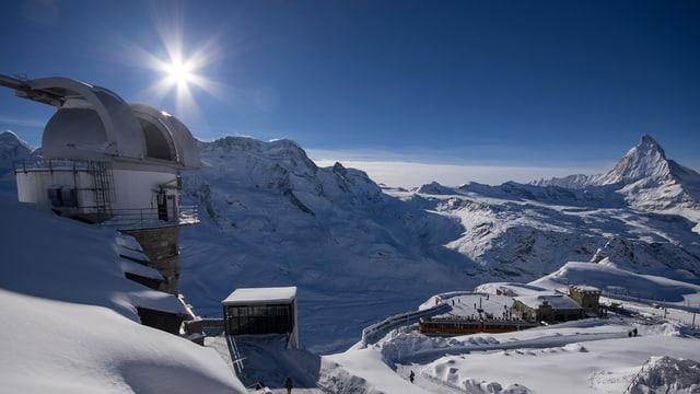 Observatorium in verschneiter Landschaft