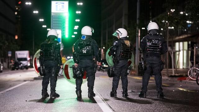 Polizisten überwachen die Europaallee, auf der es zu Ausschreitungen gekommen ist.