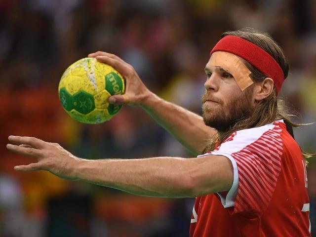 Mikkel Hansen setzt zu einem Wurf an.