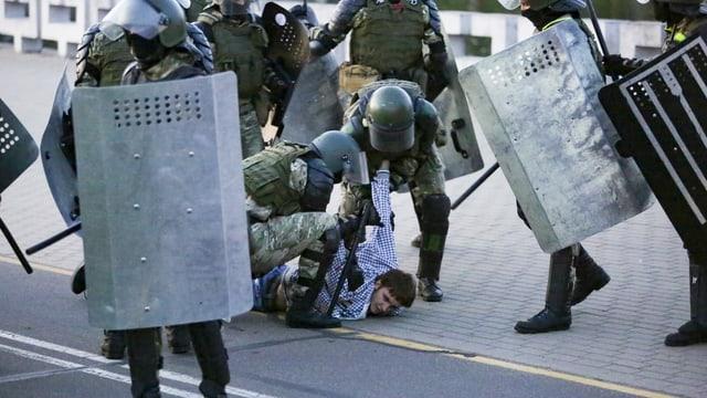 Ein Demonstrant wird verhaftet