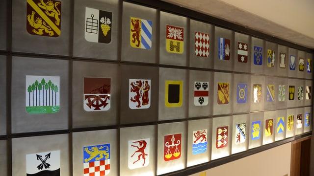 Thurgauer Gemeindewappen, aufgereiht in einem Kunstwerk an der Wand im neuen Regierungsgebäude.