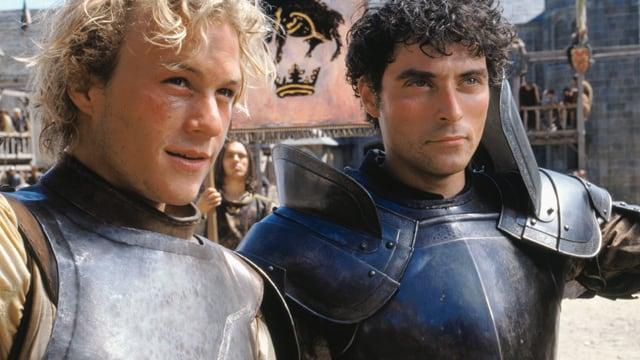 Zwei junge Männer in Ritter-Rüstungen.