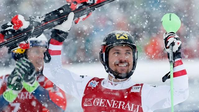 Marcel Hirscher celebrescha sia victoria a Val d'Isère.