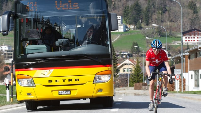auto da posta cun ciclist
