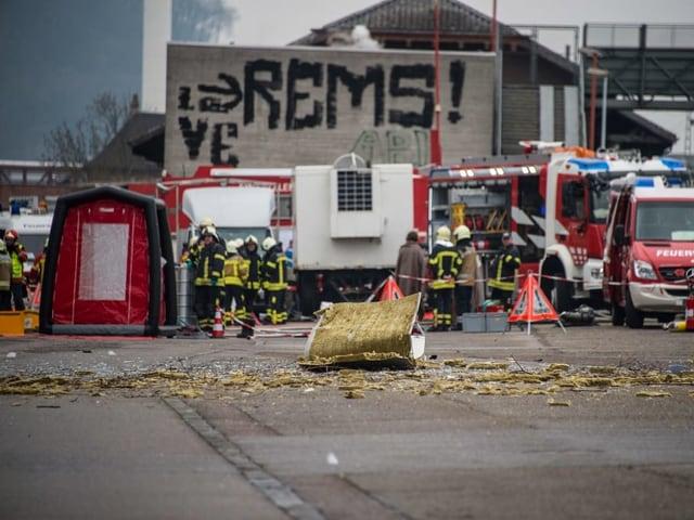 Trümmerteile liegen auf dem Gelände der Firma Rohner.