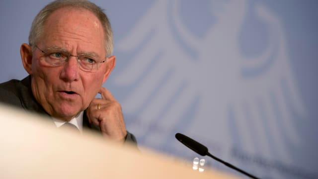 Symbolbild: Schäuble vor einem MIkrofon.