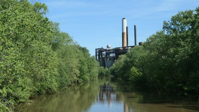 Fabrik hinter Teich