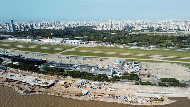 Flugzeuge stehen am Flughafen von Buenos Aires