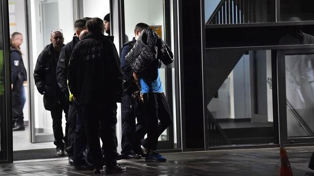 Der Angreifer wird von der Polizei abgeführt