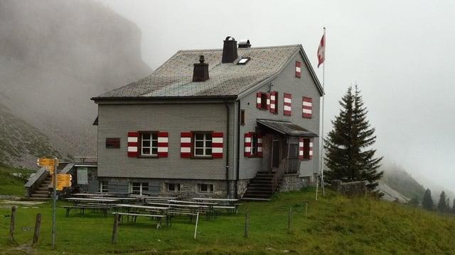 Das Brisenhaus im Nebel